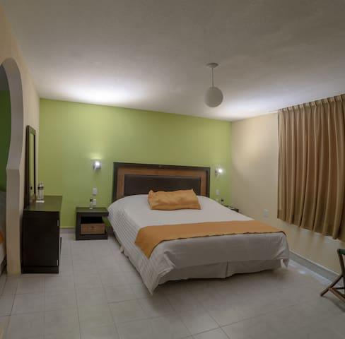 Habitación cuádruple superior con 1 cama king size y 2 camas individuales.