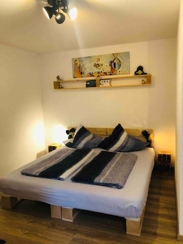 Doppelbett 1,80x2,00 m. Dies kann auch in 2 Einzelbetten umgewandelt werden.