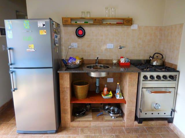 Cocina completamente equipada con heladera, utensilios, cocina industrial de 4 hornallas y demás utensilios a disposición de los huéspedes.