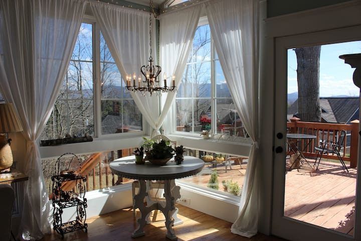 Private suite, central location, mountain views - Asheville - Ev
