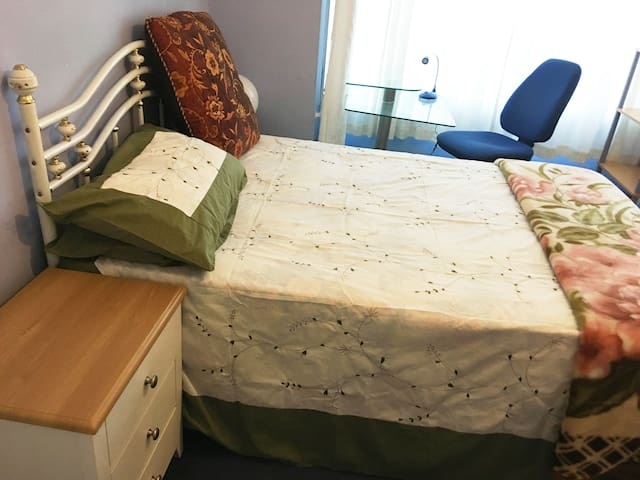 Quaint Double Bed Near Luton Airport/ Town Centre