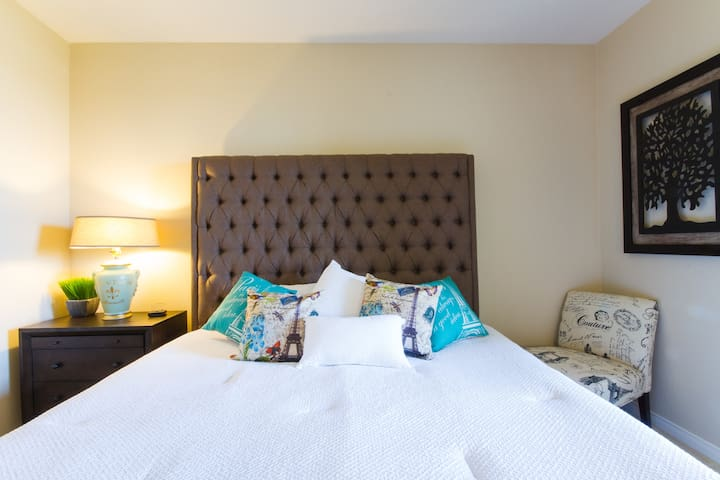 King Bed • Balcony • Parking • Pool + Hot Tub - Irvine