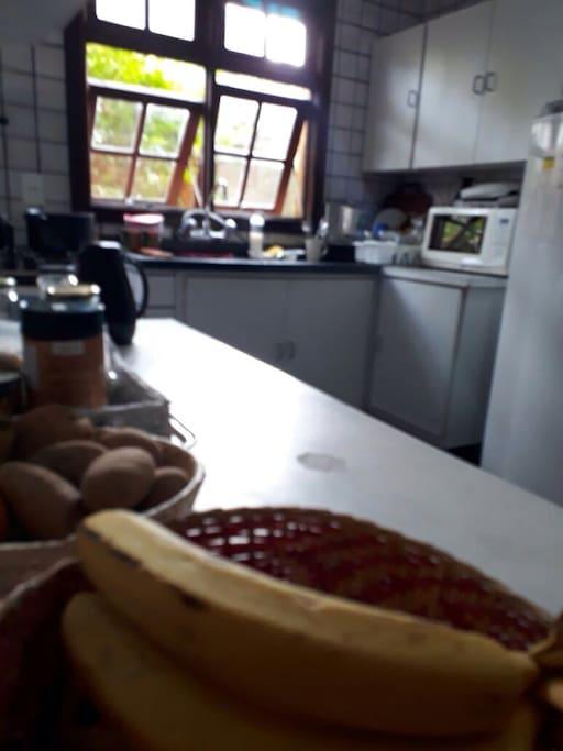 Cozinha com geladeira, microondas e toda equipada.