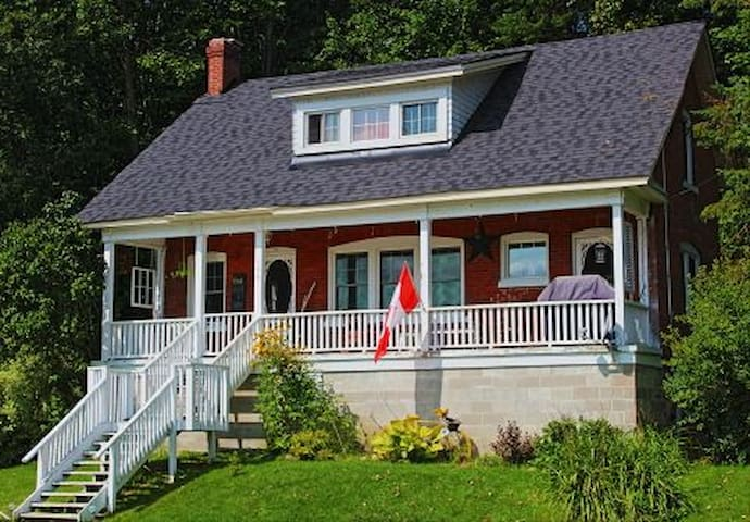 Beautiful cottage overlooking the Magnetawan river