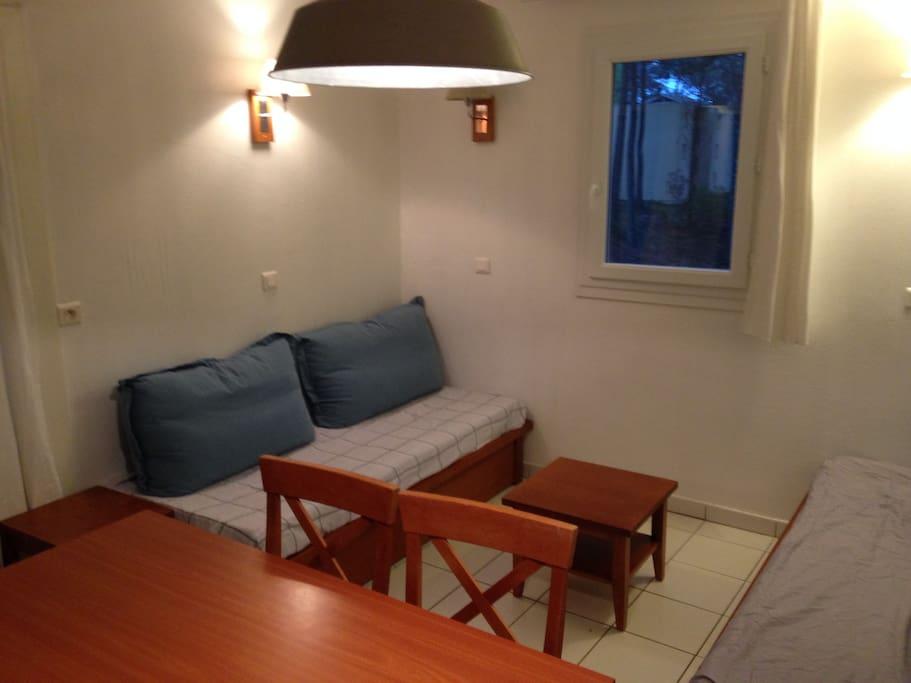 Espace commun 2 banquettes/lits simples + 1 lit gigogne