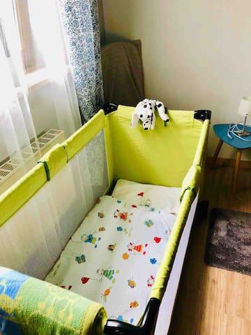 Nur nach vorheriger Ankündigung ! Bei Reisen mit Kindern : Reisebettchen mit Kopfkissen und Zudecke für die Kleinen . Bitte die kleinen Gäste und das Alter bei der Buchung mit angeben . Dann können wir uns perfekt darauf vorbereiten !
