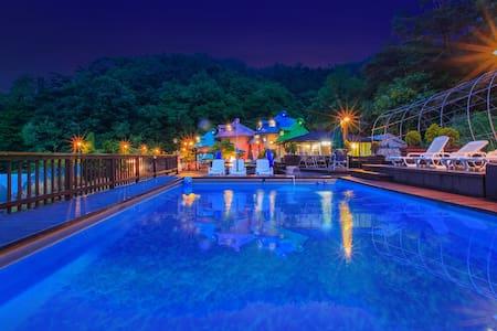 조용한 산속의  해피하우스: 동화마을 같은 에쁜 꼬갈모양 버섯모양의 2인용 독채 객실 - Iwol-myeon, Jincheon - Pension (Korea)