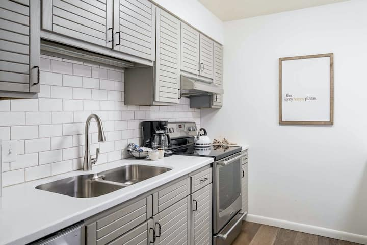 Gorgeous contemporary condo w/shared pool, hot tubs, sauna, & winter shuttle!