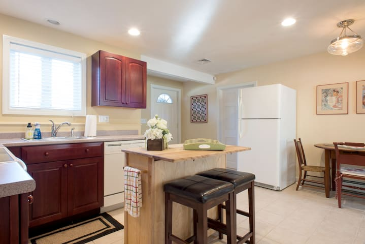 Cozy In-Law Apt: 1 bed, bath, kitchen + parking - Andover - Hospedaria
