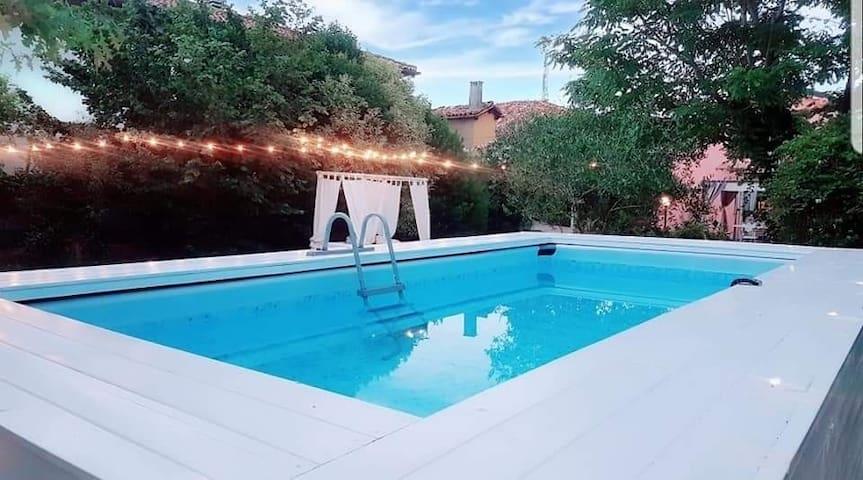 Casolare con ampio giardino e piscina