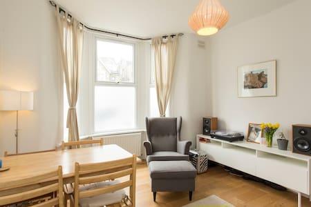 Lovely room, East London - Apartment