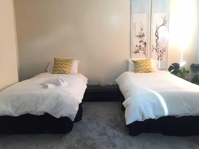 QE & Uni bedroom with garden & free parking