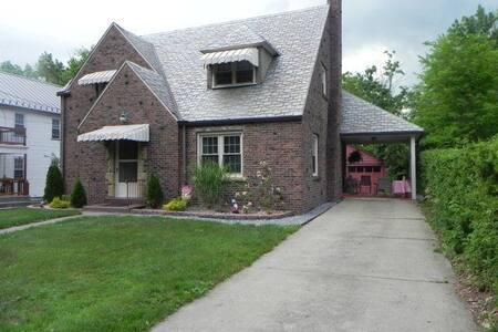 Meadville Charming Cottage - Meadville