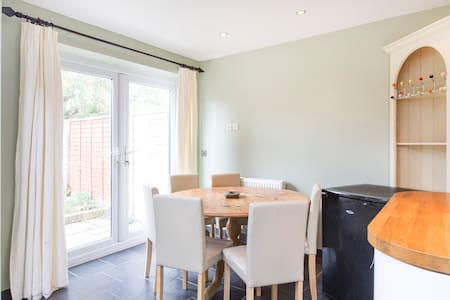 Quiet double room with ensuite close to the city - Huis