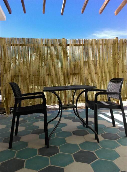 Desayuna, come o cena en nuestro deck. El café va por nuestra cuenta! Breakfast, Lunch or Dinner at our deck. Coffe is on the house!