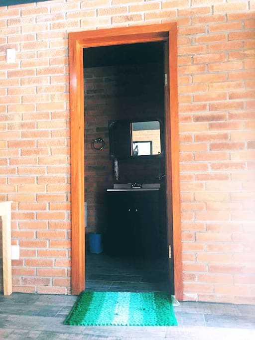 Entrada al baño privado de la cabaña, agua caliente 24 hs
