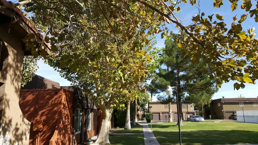Townhouse in green Oasis, walk to Las Vegas Strip!
