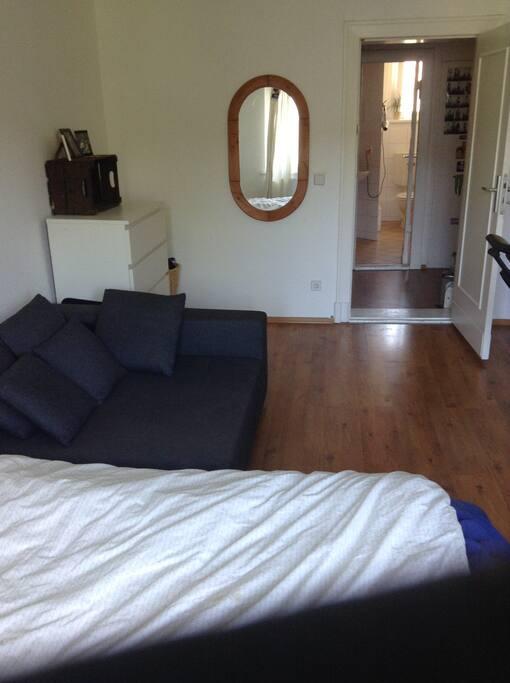 Hier ein Foto vom Fenster aus. Die Couch ist schön, doch dient meistens der Ablage von Kleidung ;)