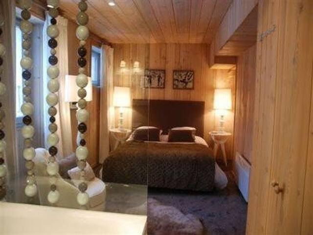 Première chambre avec baignoire et douche