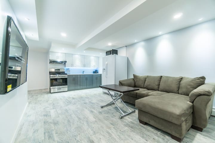 New Renovated 3 Bedrooms,2 Baths,Kitchen,Living Rm - Brooklyn - Hus