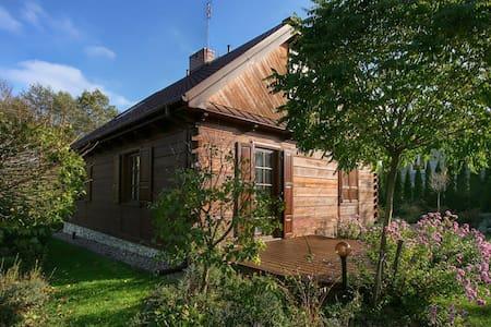 Nad Bystrą. Drewniany dom z pięknym ogrodem. - Bartłomiejowice, gmina Wąwolnica - Pondok