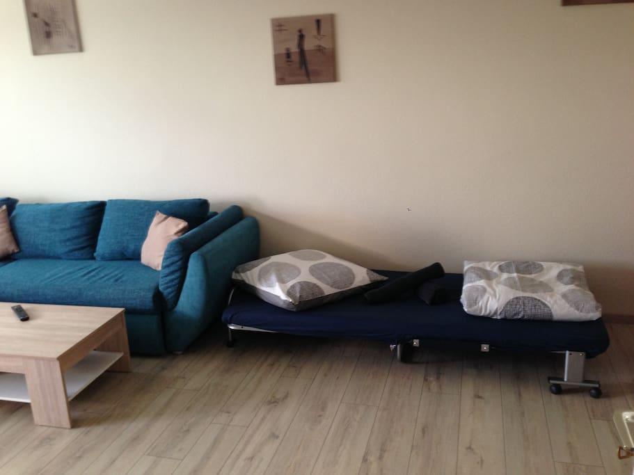 Wohnzimmer mit Gästebett - Sofa ebefalls noch  ausklappbar