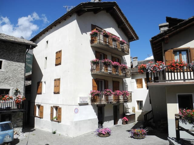 Casa lato di entrata (est). Il terzo balcone è quello che da verso cucina e zona pranzo