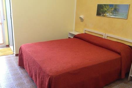Camera Matrimoniale con servizi privati e wifi - Igea Marina