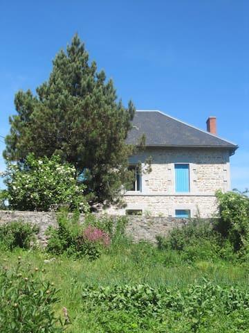 La Maison aux volets bleus - Mérinchal - Casa