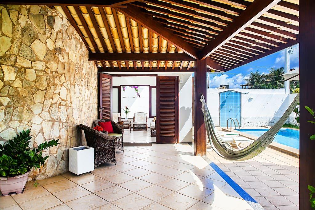 Varanda integrada com sala e piscina