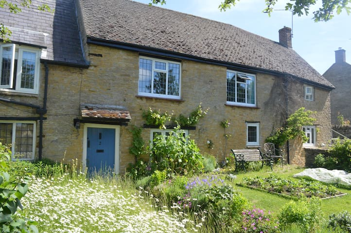 Historic country cottage  B&B - two private rooms - Aynho - Pousada