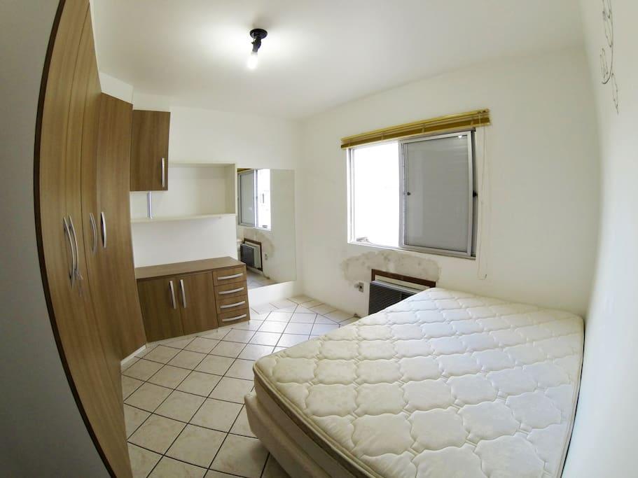 Suíte com cama de casal, guarda roupa livre para uso, A/C e espelho de corpo inteiro. Disponibilizo também roupa de cama.