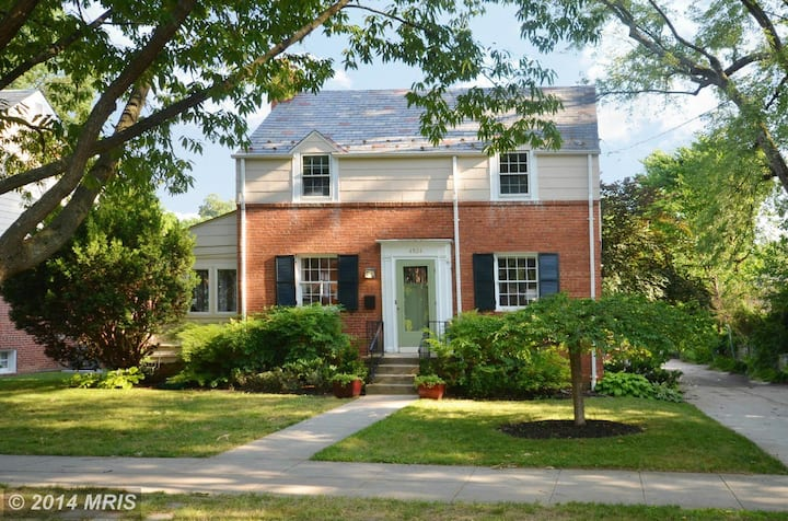 Family-friendly 4 Bdrm home with yard by metro