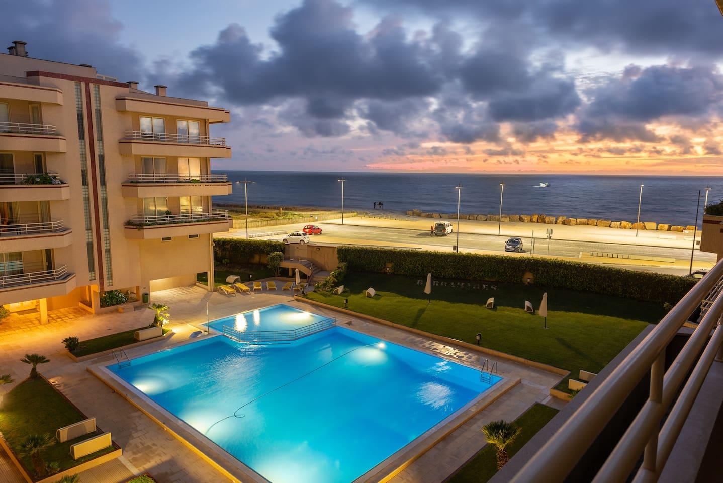 Vista da varanda da Sala de estar/jantar para a Piscina exterior e o mar. Piscina gratuita aberta todo o ano