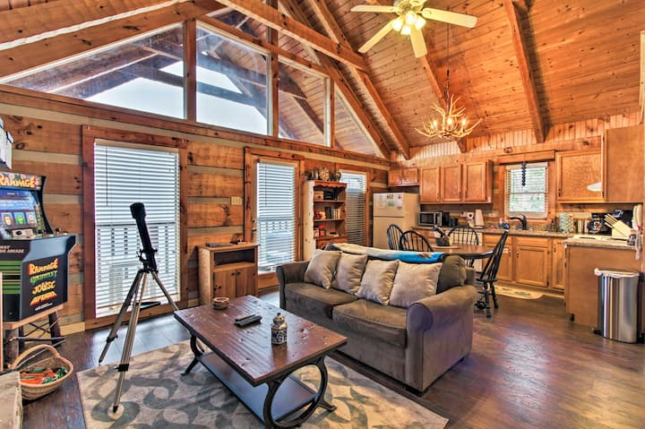 Custom Mtn Cabin w/ Hot Tub, 7 Mi to Pigeon Forge!
