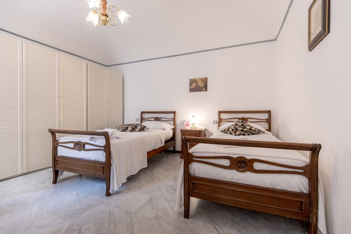Here is the other double room, nice and spacious, with either two twin beds or one king-size one.  Ecco la seconda camera doppia, ampia e confortevole, con due letti separati o un matrimoniale.