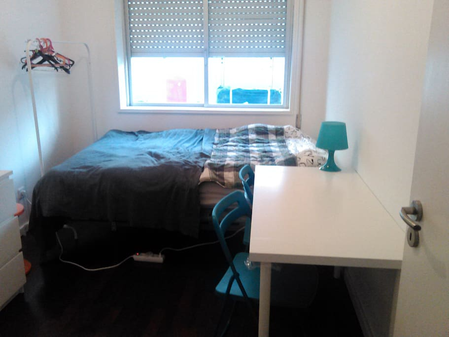 The bedroom - big table to study