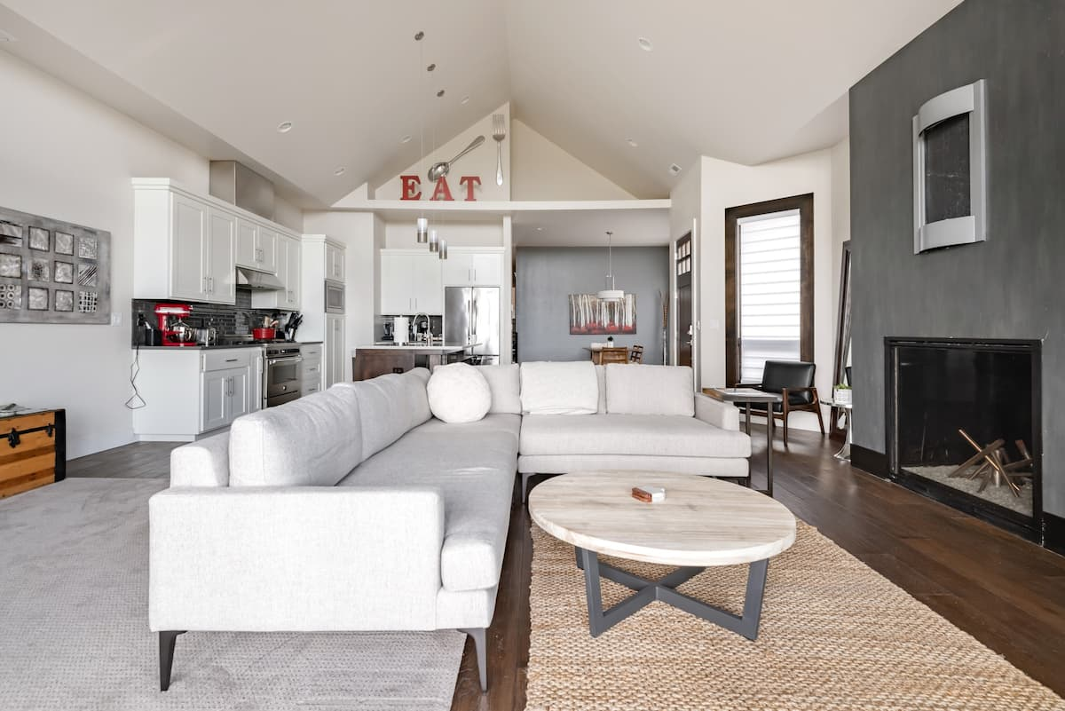 Modernist Mountain View Retreat in Old Mill; New Hot Tub