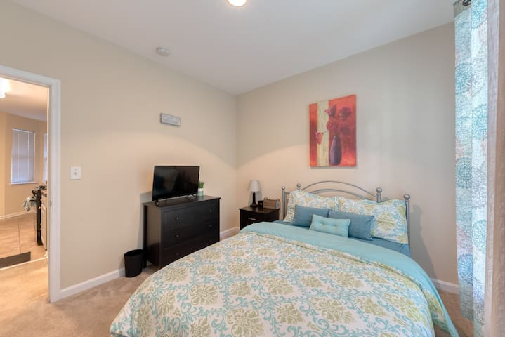 Owings Mills: Condo Private Bedroom & Bathroom