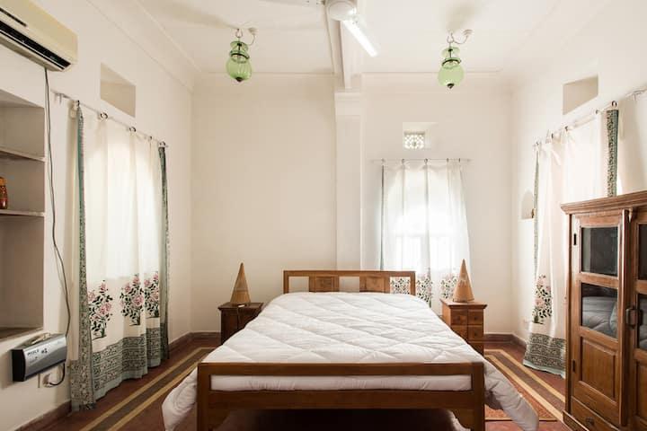 Spacious Calm Room with Garden
