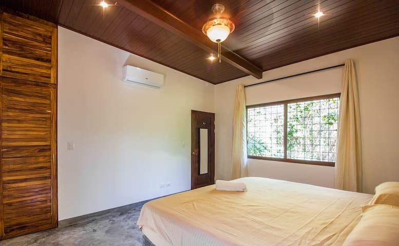 Dormitorio espacioso y con Aire acondicionado , cama King size