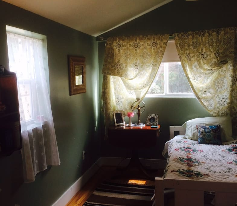 Smaller guest room w private bathroom & shower