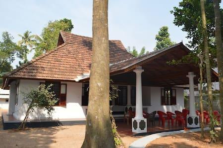 Plackiel Tharavadu - Коттаям - Дом