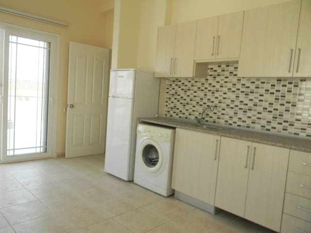Second(top) Floor with huge balcony nice - Gönyeli - Appartement