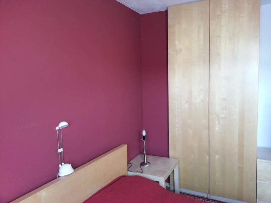 Schlafzimmer, IKEA-Doppelbett. 1 von 2 Kleiderschränken steht Gästen zur Verfügung