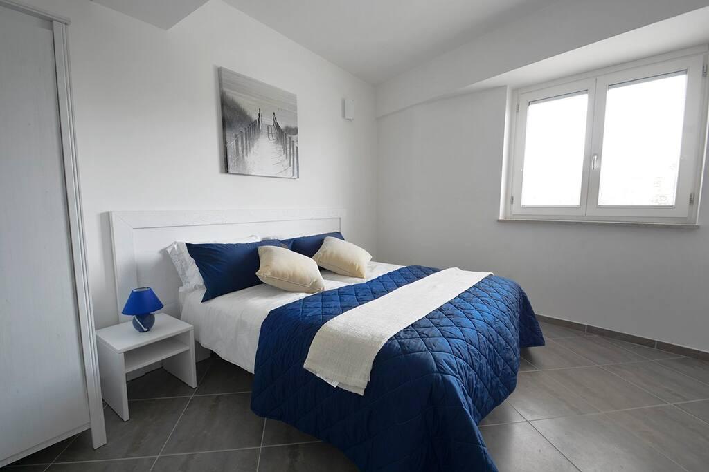 camera da letto con due letti singoli/letto matrimoniale, armadio 3 ante, cassettiera e cassetta di sicurezza elettronica