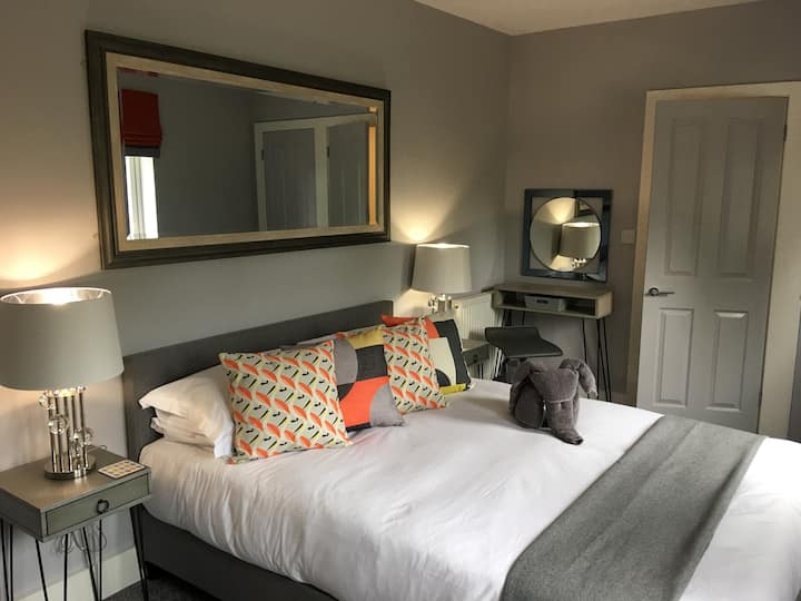 Modern Private studio, King Bed & Riverside view