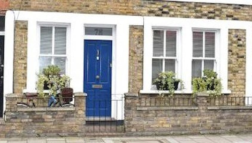 Entire home period property 2 bed flat & courtyard