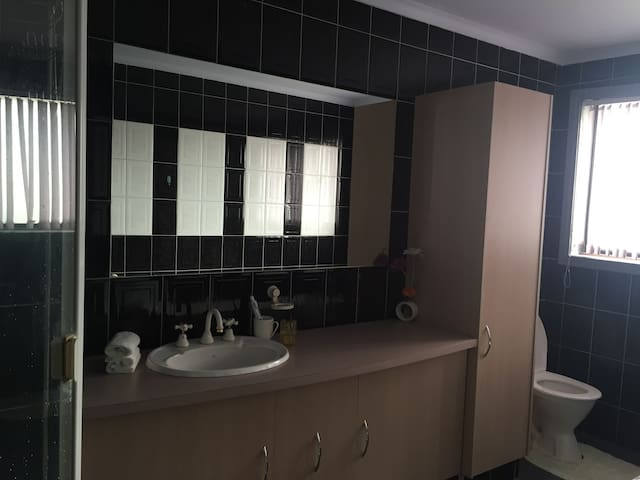 Basic bedroom in Springvale with free wifi - Springvale - Casa
