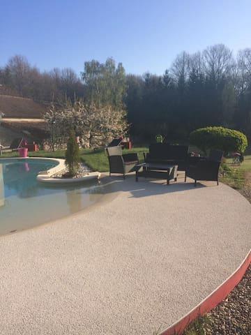 Maison de 100 m2, jardin 2000 m2, piscine.